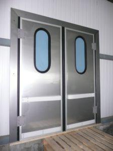 специализированные двери для производственного помещения со стеклянными вставками
