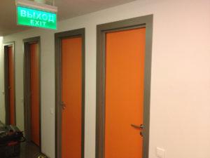 Двери облицованные пластиком CPL в коридоре общественного здания