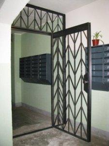 дверь с решеткой для лестничной площадки
