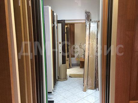 Экспозиция дверей в офисе компании ДМ-Сервис