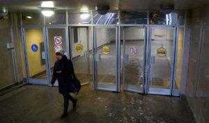 Стеклянные маятниковые двери в метро