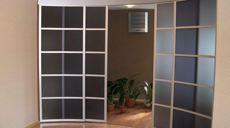 раздвижные радиусные двери с остеклением