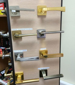 Дверные ручки в офисе компании ДМ-Сервис