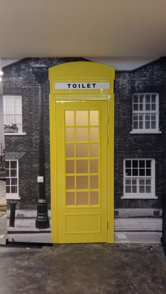 Крашенная дверь «Телефонная будка» в английском стиле