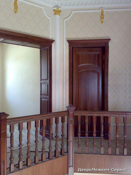 Дверь с капителью и фигурный портал