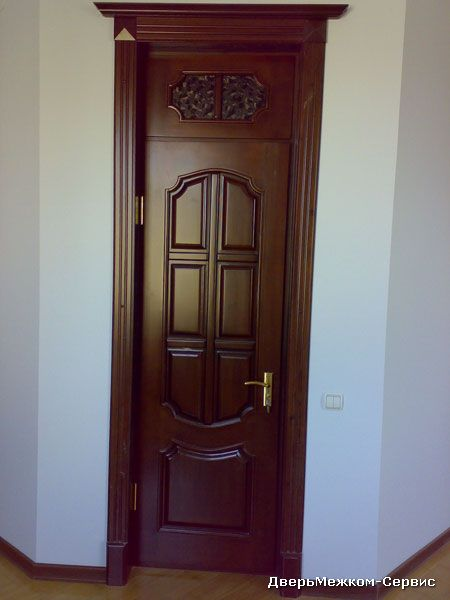 Дверь с капителью и фрамугой