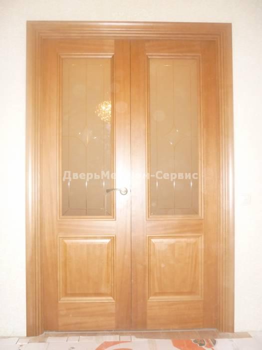 Остекленная двустворчатая дверь цвета дуб