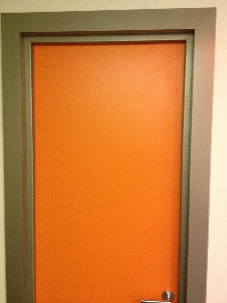Межкомнатная пластиковая дверь в оранжевом цвете