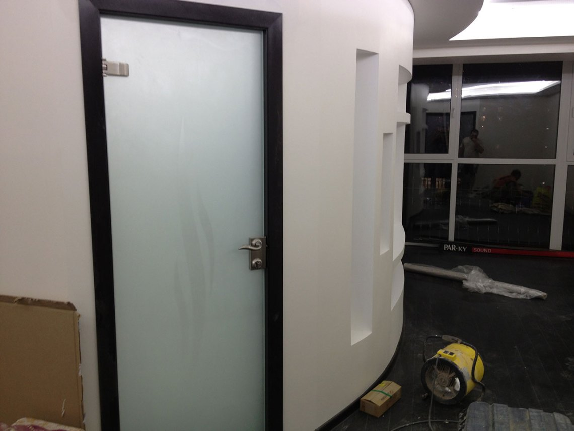 Стеклянная межкомнатная дверь из закаленного стекла