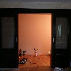 Двустворчатая раздвижная дверь в квартире