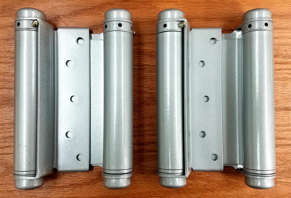 Виды и установка маятниковых пружинных петель для дверей