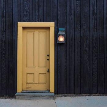 Заменить или отремонтировать старую входную дверь