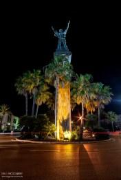 """16 de Mayo, Proyecto Noche 365 : Esta enorme estatua (más de 30 metros), está situada en la rotonda que lleva a la Avenida de Julio Iglesias en Puerto Banús. Si preguntas en Marbella por la estatua de la Victoria, estoy seguro que casi nadie sabrá de cual le hablas..Ahora, si preguntas por la """"Estatua del Ruso"""" todos sabrán darte detalles de su ubicación, y también de la polémica generada en el pueblo ( y en los juzgados..).La estatua es otra """"megamole"""" del escultor ruso de origen georgiano Zurab Tsereteli, también diseñador y arquitecto, y bastante conocido por la autoría de estatuas que recrean eventos históricos muy significativos con esculturas de gran escala, muchos de ellos colocados en museos y espacios públicos a todo lo largo de Rusia, Europa, Israel, Uruguay y los EE.UU."""
