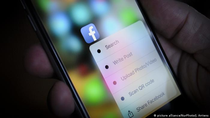 Facebook app option on a phone screen (picture alliance/NurPhoto/J. Arriens)