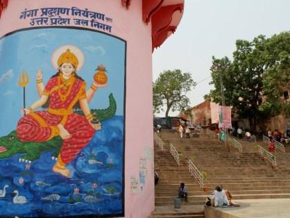 A tutaj bogini Ganga w swojej własnej boskiej osobie! Jej wierzchowcem nie powinien być jakiś tam zwykły, podrzędny krokodyl, a makara - morski potwór z paszczą krokodyla i ogonem ryby.