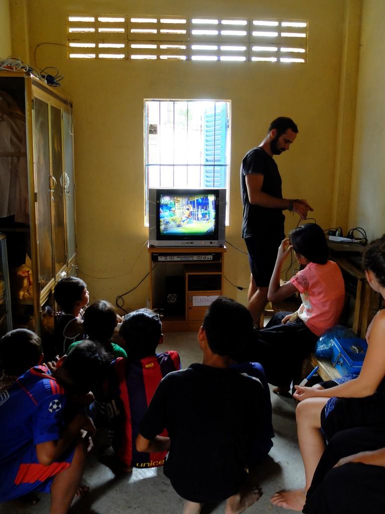 Co się stanie, gdy podłączysz szkrabom pierwszy TV w ich życiu? :)