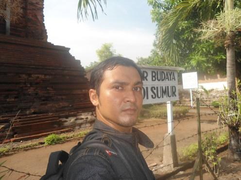 Penulis selfie di candi Sumur