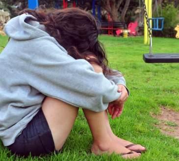 Une jeune fille avoue à son père qu'elle est lesbienne, fou de colère, son père la viole
