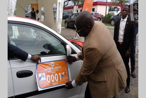 Gabon : 8000 vignettes collées sur les taxis à Libreville