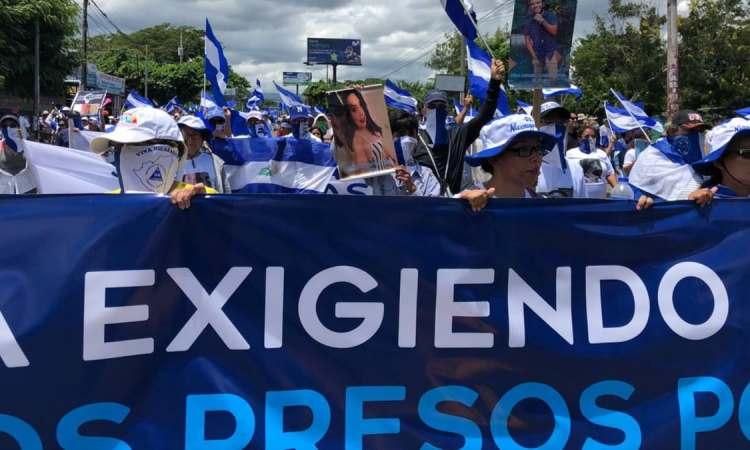 E9360830 B8CC 44DF 9CEF B8208A5E7CAB cx0 cy19 cw0 w1200 r1 s - Des milliers d'opposants et de partisans d'Ortega manifestent au Nicaragua