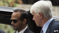 George Papadopoulos (à gauche), conseiller de la politique étrangère du président américain Donald Trump, arrive au tribunal de district des États-Unis pour sa condamnation à Washington le 7 septembre 2018.
