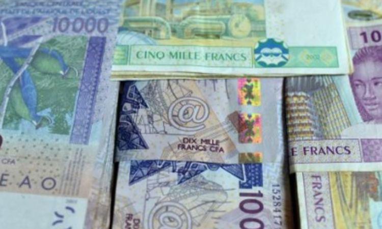 5064289 3 b872 des coupures de francs cfa a n djamena en 53c58adb2fcf39c2c9b55f4f70094bd0 1728x800 c - Les onze accords secrets signés entre la France et les pays Francophone
