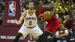 Pascal Siakam, pivot camerounais des Toronto Raptors, à droite, face à Kevin Love des Cavaliers, Cleveland, le 13 octobre 2016.