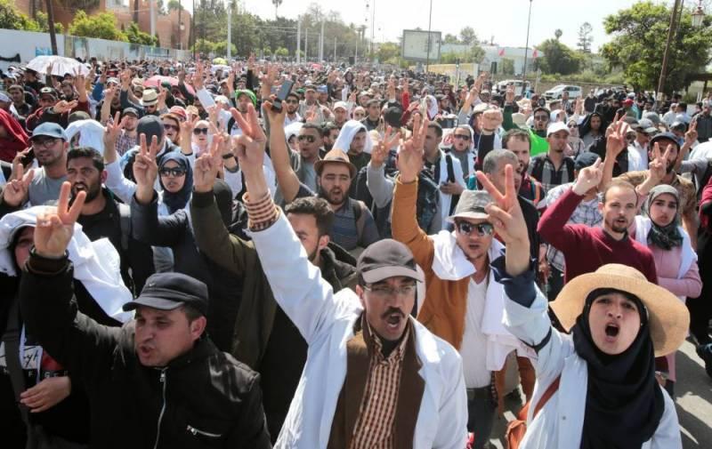 MRP005 MOROCCO PROTESTS  0324 11 1553428091 56 476037 large - Maroc: nouvelle manifestation de milliers d'enseignants à Rabat
