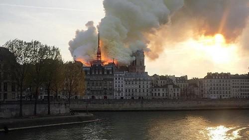 Choc en France, l'emblématique Notre-Dame de Paris ravagée par un «terrible» incendie
