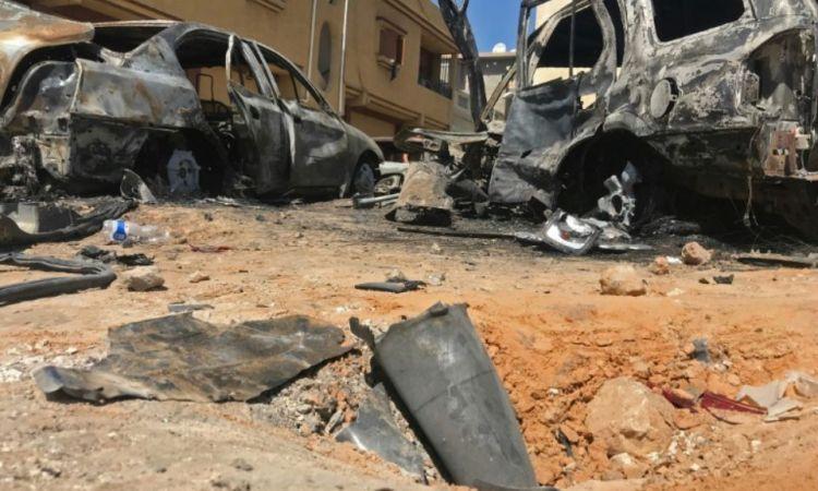 1212162 les restes d une roquette et des vehicules carbonises le 17 avril 2019 dans un quartrier de tripoli  - Libye: l'ONU en quête d'unité pour réclamer un cessez-le-feu, roquettes sur Tripoli