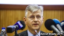 Jean-Pierre Lacroix, secrétaire général adjoint de l'ONU pour les opérations de maintien de la paix, lors des pourparlers de paix entre le gouvernement de la RCA et les mouvements armés dans la capitale soudanaise, Khartoum le 24 janvier 2019.