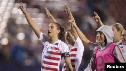 Des joueuses de l'équipe nationale féminine des USA célèbrent leur victoire contre la Jamaique, USA, le 14 octobre 2018
