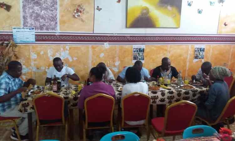 Fête du travail: Le groupe de presse '' Pyramid'Media'' autour d'un repas pour marquer cette journée