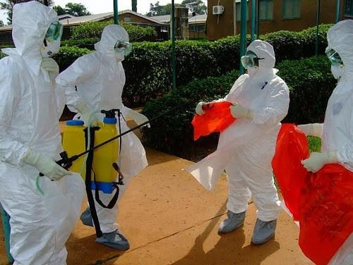 Des employés de l'OMS s'apprêtant à entrer dans l'hôpital de Kagadi dans le district de Kibale où une épidémie d'Ebola a éclaté récemment.  Photo AFP