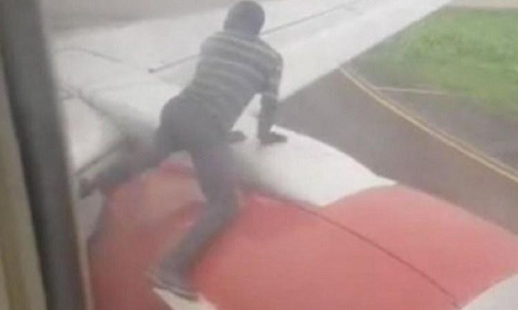 Nigéria : Un homme arrêté sur l'aile d'un avion peu avant le décollage