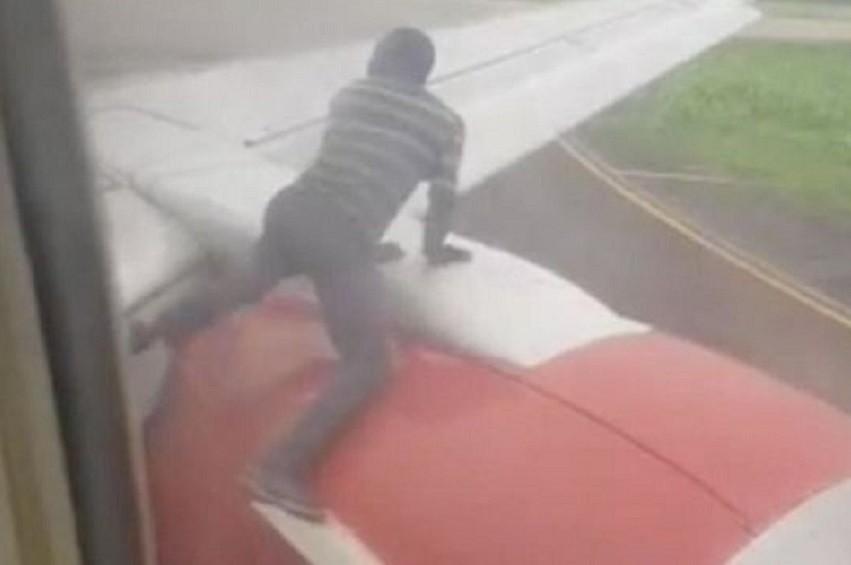 Nigéria Un homme sur un avion - Nigéria : Un homme arrêté sur l'aile d'un avion peu avant le décollage