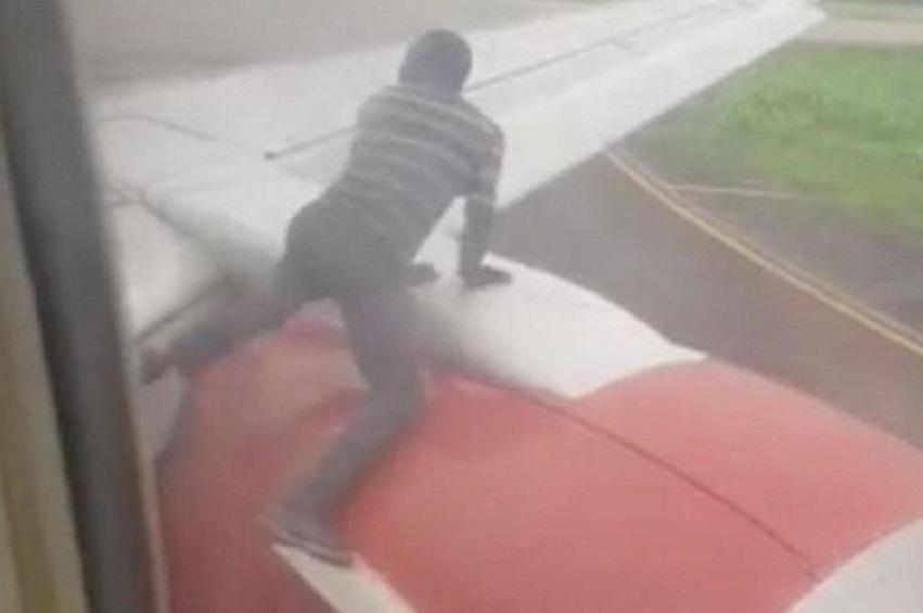 Nigeria Un homme arrete sur l'aile d'un avion peu - Nigéria : Un homme arrêté sur l'aile d'un avion peu avant le décollage