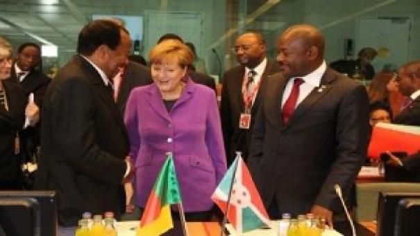 La chancelière de l'Allemagne, Angela Merkel, en discussion avec les présidents Paul Biya, du Cameroun, et Pierre Nkurunziza, du Burundi, lors du sommet Union européenne-Afrique le 2 avril 2014 à Bruxelles, en Belgique. © Pool/Iso/SIPA/ Thierry Roge