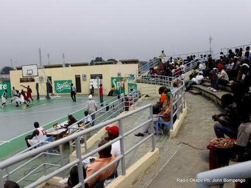 Le public sur les gradins du terrain de basketball au stade des martyrs de Kinshasa,