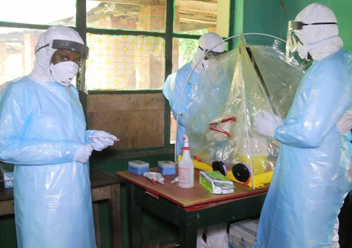 L'équipe médicale du ministère de la Santé publique dans un laboratoire mobile à l'hôpital de référence de Bikoro le 13/05/2018 dans le cadre de la riposte contre l'épidémie d'Ebola à. Photo John Bompengo