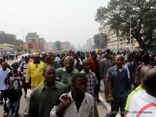 Quelques marchands manifestent contre l'exercice  du petit commerce par les étrangers ce 26/07/2011 à Kinshasa. Radio Okapi/ Ph. John Bompengo