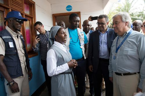 Soeur Mwenge Anociate reçoit, dimanche 1 septembre 2019, le Secrétaire général de l'ONU, Antonio Guterres à la crèche de Mangina gérée par les sœurs du bureau diocésain des œuvres médicales sous la coordination de l'Unicef. UN Photo/Martine Perret