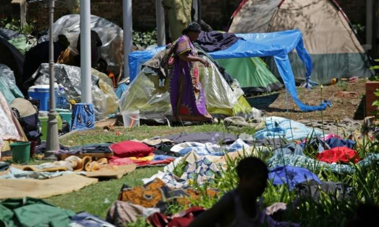 Des centaines de demandeurs d'asile entrent par la force dans les locaux du HCR à Pretoria