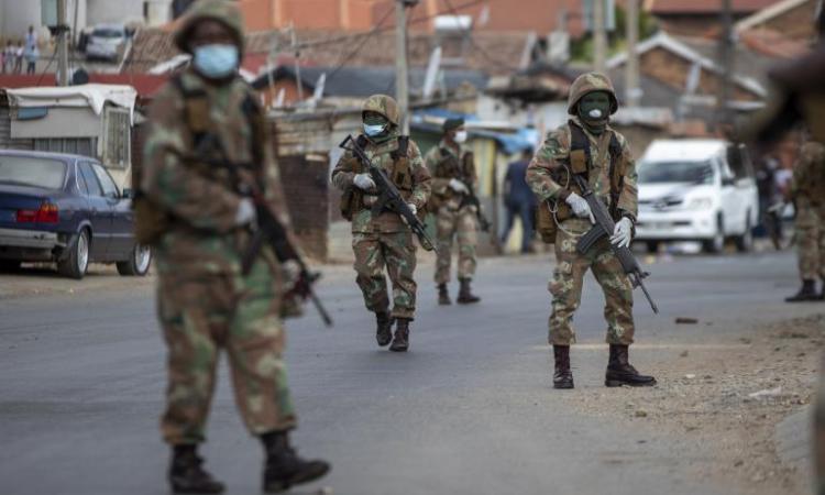 Afrique du Sud: la justice ordonne la révision de certaines mesures du confinement
