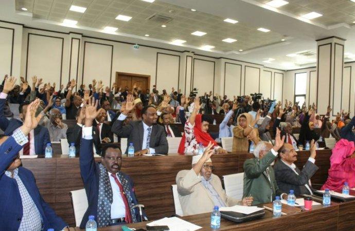 Crise politique en Somalie, où l'opposition juge désormais le président illégitime