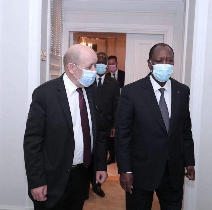 France Alassane Ouattara echange avec Jean Yves Le Drian - France : Alassane Ouattara échange avec Jean Yves Le Drian avant un diner avec son homologue français