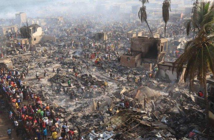 L'un des plus grands bidonvilles de Sierra Leone ravagé par le feu