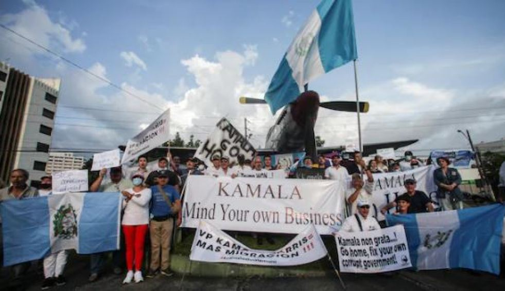 Des manifestants invitant la vice-présidente des États-Unis à « se mêler de ses affaires » l'attendaient à son arrivée au Guatemala. Photo : Reuters/STRINGER