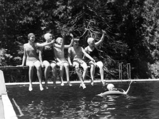girls-on-diving-board