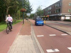 One-way cycle track and a pedestrian median refuge island